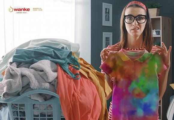 4 erros comuns que você está cometendo ao lavar roupas.