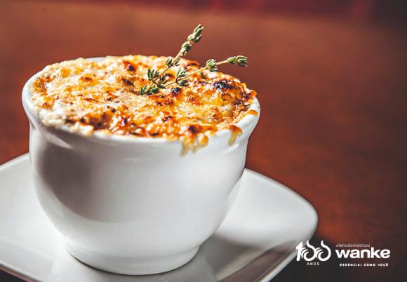 Deliciosa sopa de cebola com queijo ementhal para os dias frios!