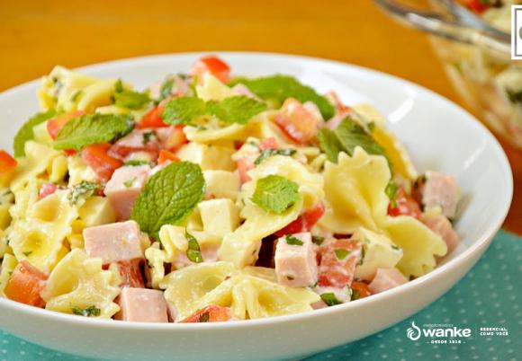 Se delicie com uma incrível salada de macarrão com molho de iogurte